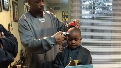Ofrece un descuento a los niños que leen mientras les corta el cabello